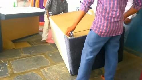 农民嫌沙发太贵买不起,就用木料做了一组,成本只需五百元