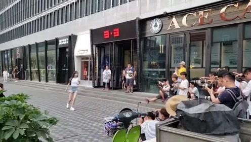 街头看到网红小姐姐的舞蹈,没有背景音乐原来是这样的