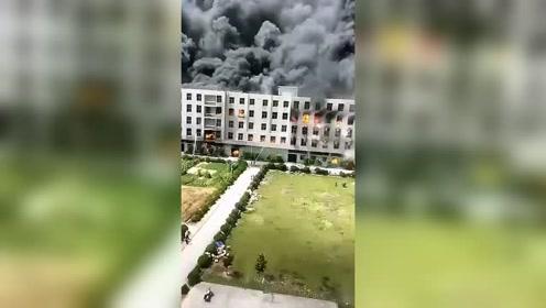 晋江一厂房突发大火!现场浓烟滚滚