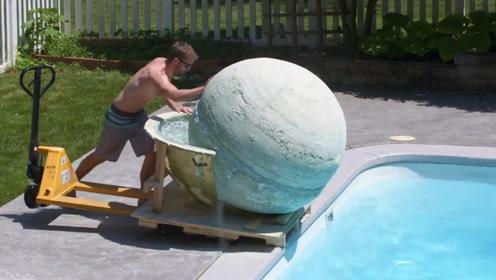 国外小伙自制一吨重的沐浴球,推入自家泳池,池水瞬间变泥浆