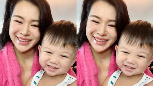 胡杏儿分享爱子近照,奕霆宝宝与妈妈同框笑得灿烂,母子俩长超像