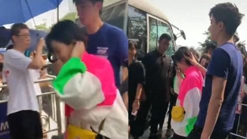 于小彤抢过保安的雨伞,给女友陈小纭遮雨,还来了个摸头杀撒狗粮