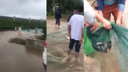 """吉林四平突降暴雨马路变成""""河"""",市民自备工具""""捡漏""""捞鱼"""