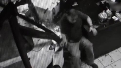 惊魂!汽车失控猛冲进餐厅 男子险被撞飞靠凳子捡回一命