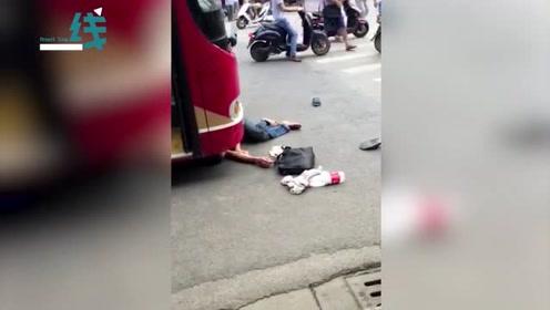 引起舒适!男子街头碰瓷用头疯狂撞击公交车 被路过民警顺手带走