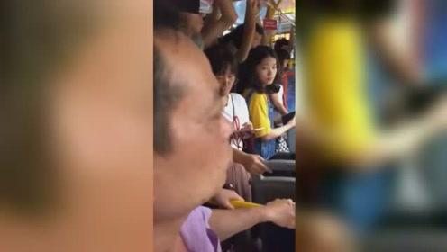 公交车上女乘客被猥亵 男乘客上前制止并怒斥