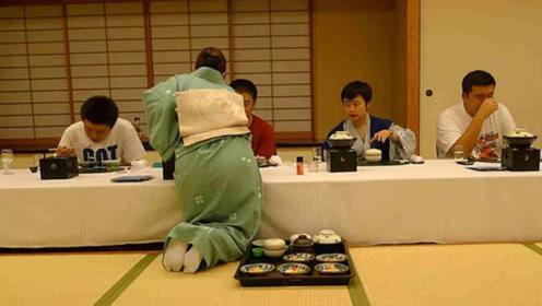 日本吃饭前都要脱鞋,难道不怕有脚气?解决方式让人佩服!