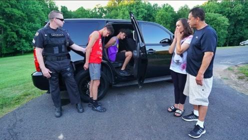双胞胎恶搞父母,让朋友假装警察抓走自己,爸妈急哭了