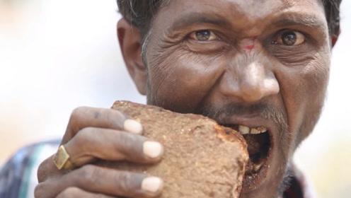 印度男子沉迷啃砖头,20年吃掉一座房,还说味道就像干脆面!