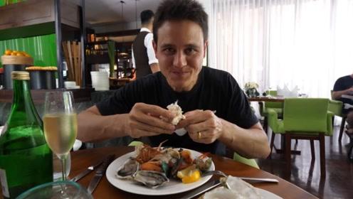 小哥到自助餐厅吃美食,看到这美食,网友:隔着屏幕都能闻到香味