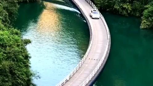 水上栈道凌波于山水之间,壮观的自然环境,犹如世外桃源!