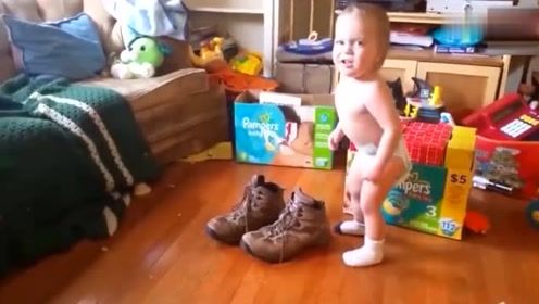 萌宝偷穿爸爸的大鞋子走不动,接下来宝宝的举动,妈妈忍不住笑翻
