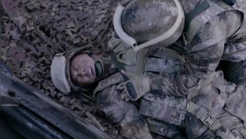 《陆战之王》牛努力被火炮直接炸飞,新兵以为他死了,好搞笑