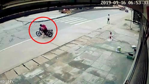 电线突然垮塌!男子骑摩托车与死神擦肩而过