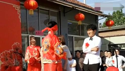 农村婚礼现场司仪让新郎抱新娘,没想到抱到伴娘,惹台下爆笑!