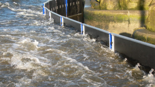 """高科技""""自升""""式挡水闸!水利驱动,洪水来了自动升起!"""