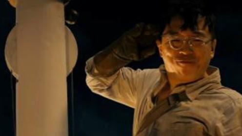 我和我的祖国:黄渤为旗杆护爬20米高空,他的一句话让人泪目!