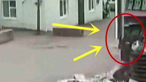 工人被死神盯上,2秒后惨遭货物碾压,工人们真是大呼好险!