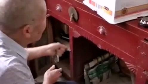 以为爷爷只是锁个抽屉,谁料居然还把钥匙偷偷藏了起来,认为我没看见呢!
