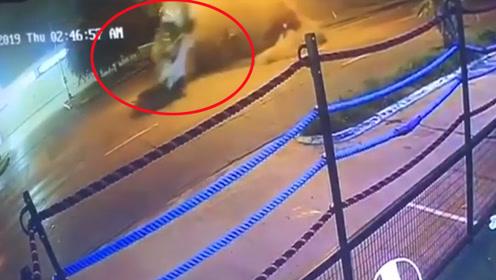 拳王狂飙法拉利失控空中翻转数圈 未系安全带被甩出车外