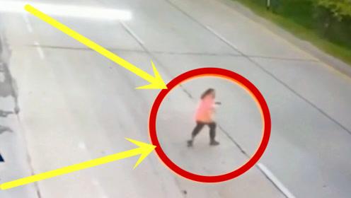 女子上演逆天碰瓷,一番操作令人窒息,3秒后的画面吓跑路人!