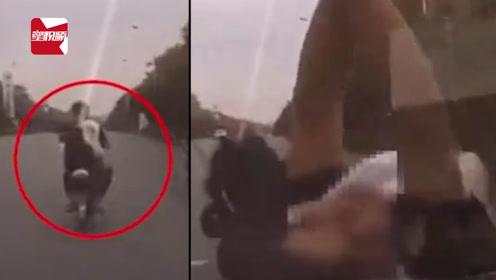 司机低头看手机追尾电动车,两人飞上引擎盖重摔在地:你咋开的啊