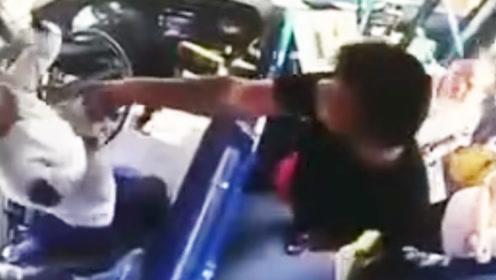 女司机被男子拖出驾驶室疯狂暴打 只因公交刷卡起冲突
