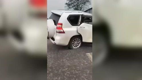 这辆丰田霸道到底经历了什么,一副惨样!