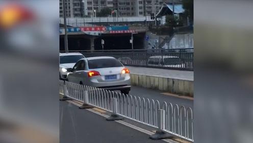 逆行轿车被车流顶着倒退数百米 交警已介入 网友:看你还敢不敢逆行