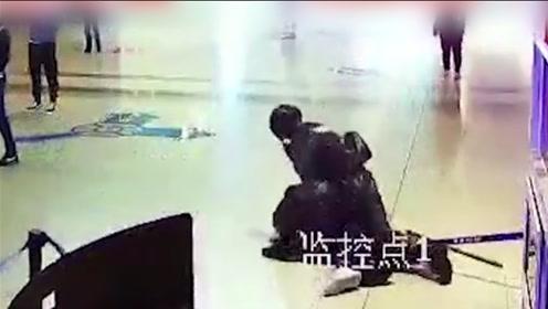 西安一执勤武警遭男子持棍棒袭击 7秒将其KO动作一气呵成