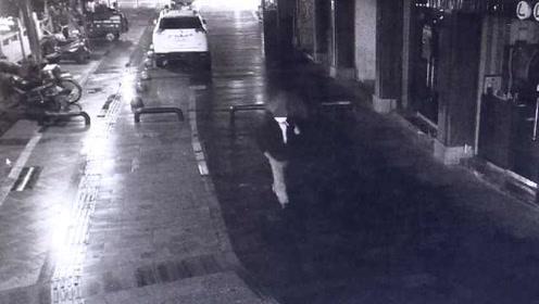 中年男子夜里背女包,民警一眼识破:窃贼