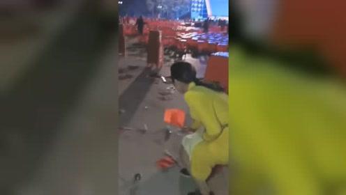 这是国旗啊 !红博会散场国旗被扔一地 黄衣女子蹲身一一捡拾