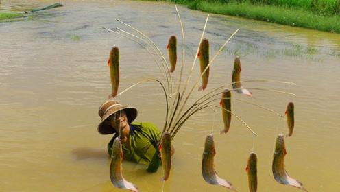 农村大叔制作钓鱼神器,放在河水里自动钓鱼,看这收获太棒了