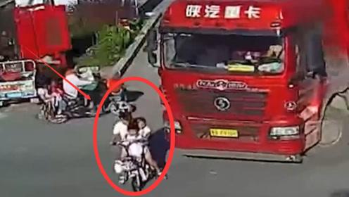 一家三口骑电动车不看路,被大货车直接碾压,监控拍下全过程