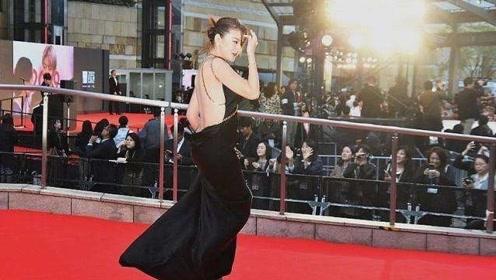 热依扎大露背黑裙现身电影节,着装依旧美艳大胆不惧争议