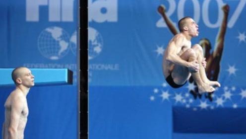 意大利选手跳水失误半躺入水,教练都没眼看,观众却都乐开了花