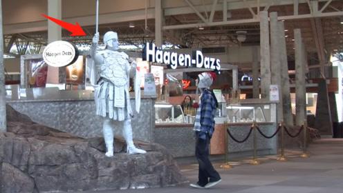 男子扮成士兵雕塑,被熊孩子发现不对劲,下一秒被吓到瘫倒