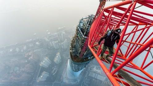 """为建造上海大厦,中国启用600米""""巨型塔吊"""",施工场面震撼人心"""