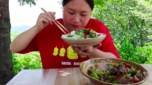 胖妹最懂吃肉了,小炒肉配辣椒,没有什么比这更下饭了!