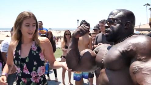 肌肉硬汉海滩狂撩美女,指导她们训练,说着说着就上手了