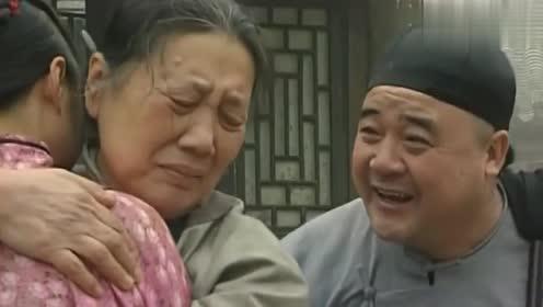 村妇在刘罗锅府前哭闹,不料得知女儿被刘罗锅所救,立马说出真相