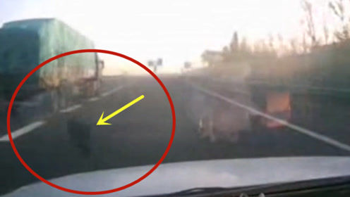 """大货车突然爆胎,视频车玻璃当场被""""震碎""""!放慢镜头才发现真相不简单"""