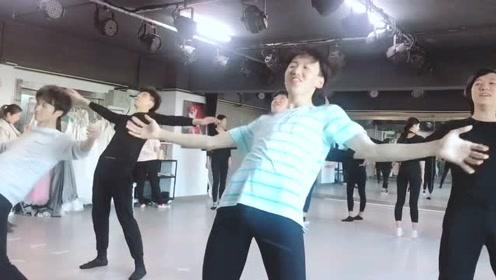 """大学小哥上舞蹈课""""摇啊摇"""",自己都憋不住了"""