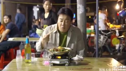 韩国白钟元赞武汉路边摊的牛杂味道太绝了,感叹中国美食就是艺术