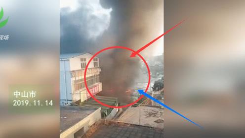 中山一轮胎店突发火灾 现场浓烟滚滚