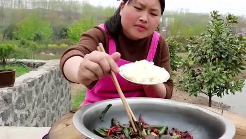用脸盆装的爆炒鸡胗,胖妹买了3斤料,一顿饭吃了别人三顿伙食!