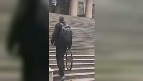 外教卸车轮带去上课:学生教的 这样不怕被偷