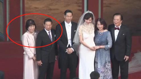 黑泽良平父母喜气登台迎娶儿媳 一家人男帅女美