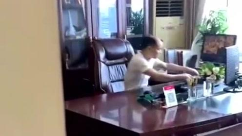 员工:我无意中发现了老板的秘密!会不会被开除?