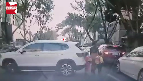 吓到尖叫!深圳女司机幼儿园门口倒车,路过母女三人被撞倒